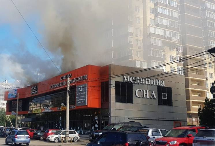 В Анапі загорівся торговельний центр