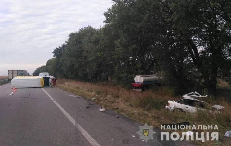 Смертельна ДТП на Полтавщині: Зіткнулись легковик, мікроавтобус і вантажівка (ФОТО)