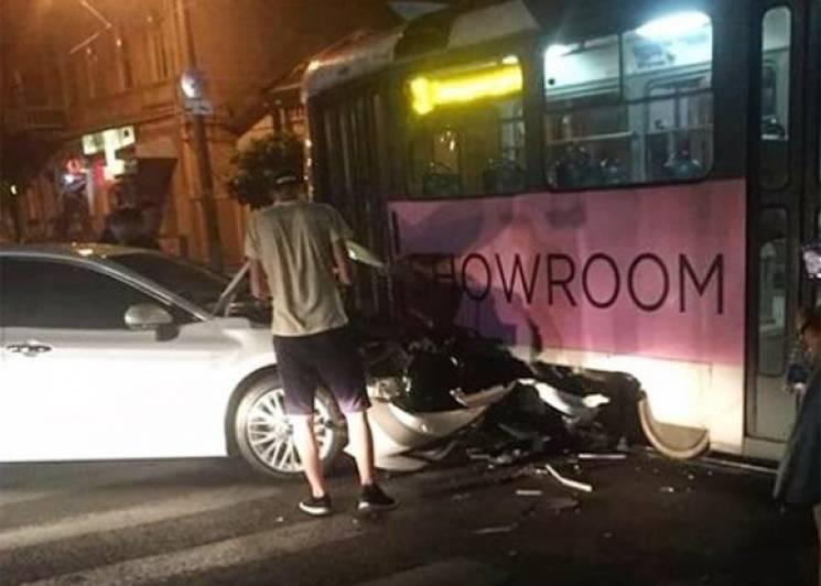 У центрі Краснодара іномарка врізалася в трамвай