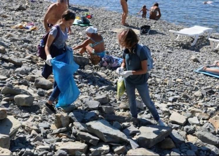В Анапі волонтери зібрали на пляжі 15 мішків сміття