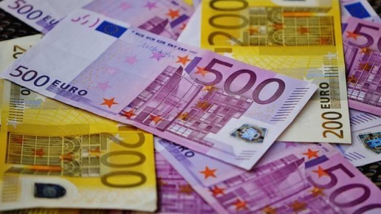 """Валютні гойдалки: Євро у столичних обмінниках """"злетів"""" одразу на 26 копійок"""