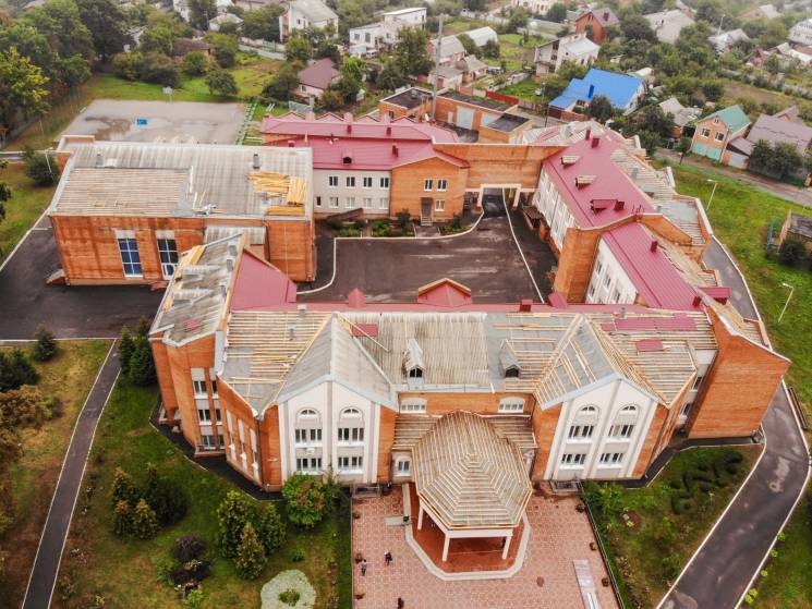 Моргунов показав, як перекривають металочерепицею школу в Пироговому (ФОТО)