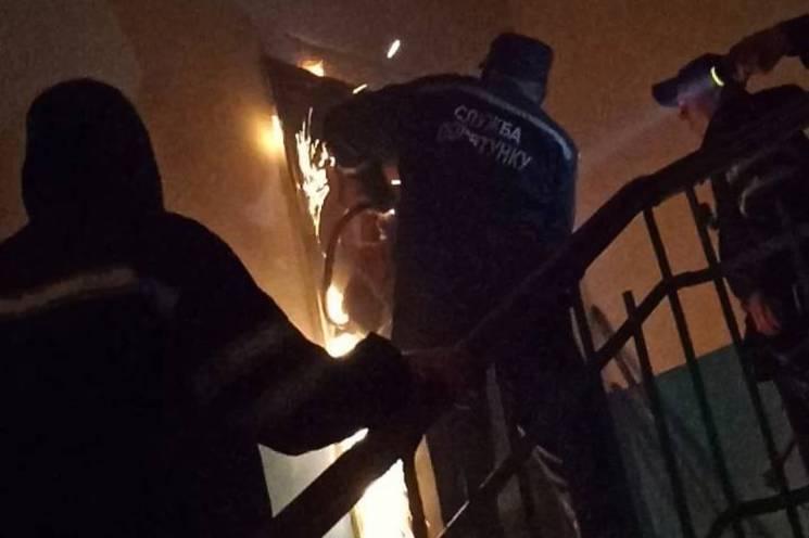 На Хмельниччині рятувальники з квартири визволили непритомну жінку