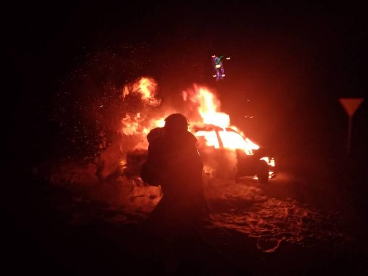 На Кропивниччині посеред шляху згоріла автівка (ФОТО)