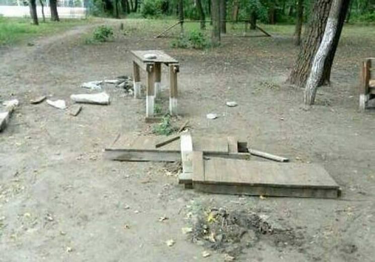 У Мелітополі невідомі розгромили парк (ФОТО)