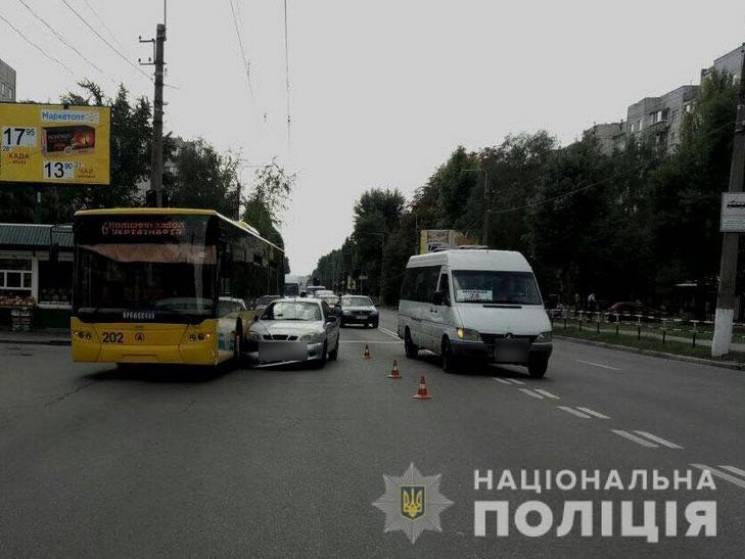 У Кременчуці не розминулись легковик та тролейбус, постраждала 62-річна жінка (ФОТО)