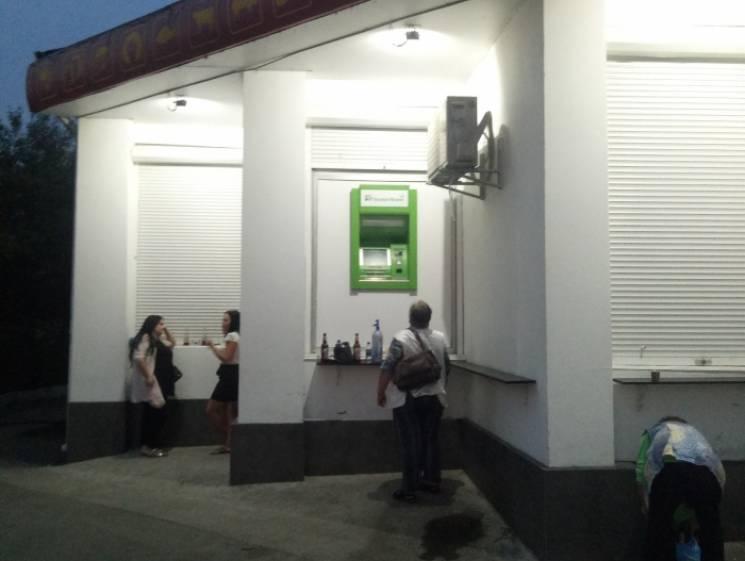 Шал: В Ужгороді встановили банкомат для велетнів (ФОТО)