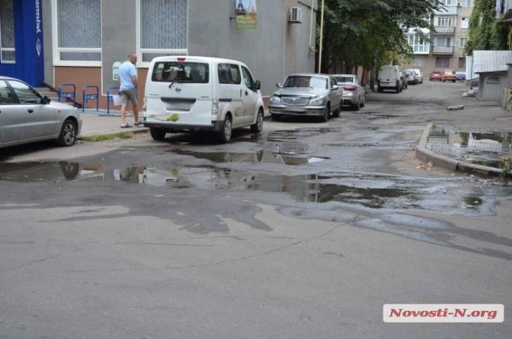 У Миколаєві прорвало каналізацію неподалік від міськради (ФОТО)