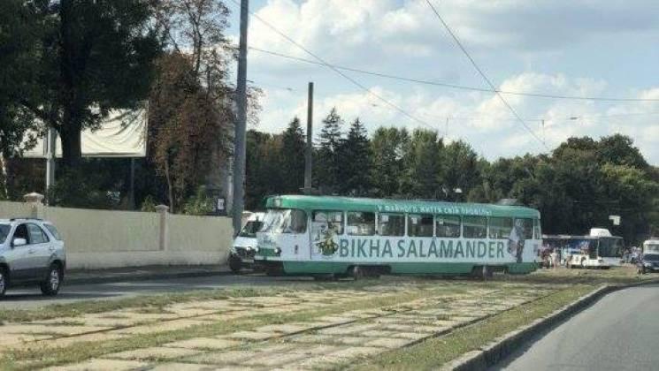 У Харкові трамвай зійшов з рейок та перегородив проїжджу частину (ФОТО)