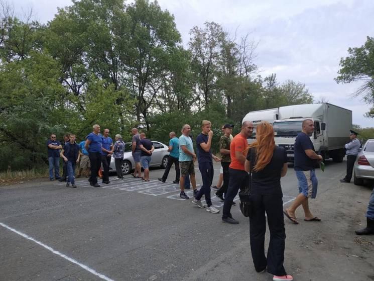 На Дніпропетровщині активісти перекрили трасу через ями на дорогах