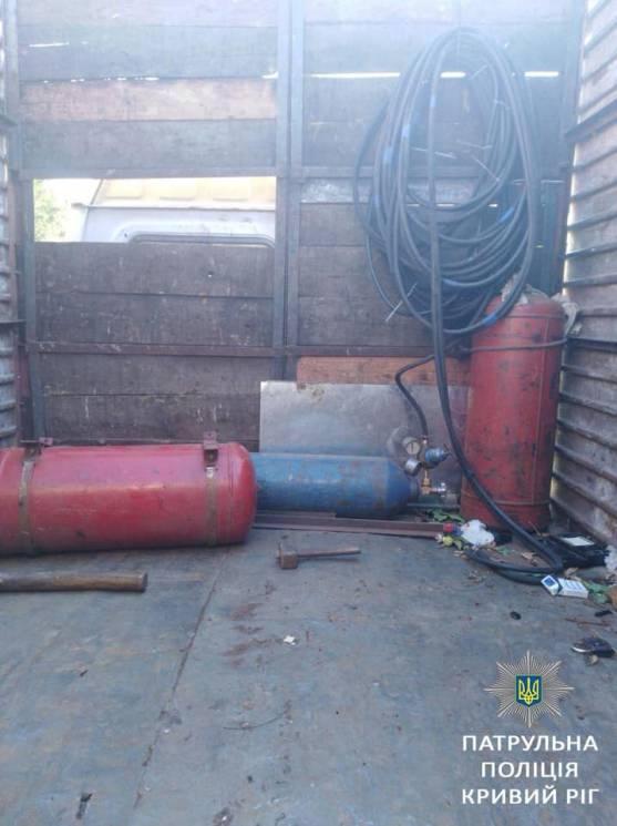 У Кривому Розі декілька чоловіків намагалися вкрасти гараж (ФОТО)