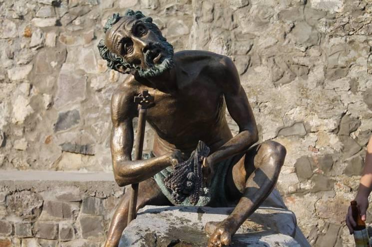 У мукачівському замку відкрили і омили пивом пам'ятник кельту (ФОТО)