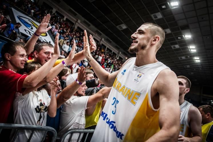 Відео дня: Фанати заспівали гімн України після феєричної перемоги на Іспанією