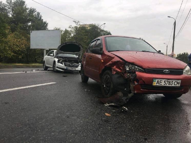 """У Дніпрі зіткнулися іномарка з """"Ладою"""": Постраждала пасажирка (ФОТО)"""