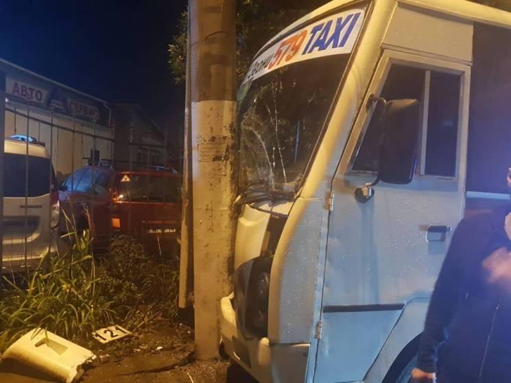 В Одесі маршрутка з пасажирами в'їхала в стовп: Є постраждалі (ВІДЕО)
