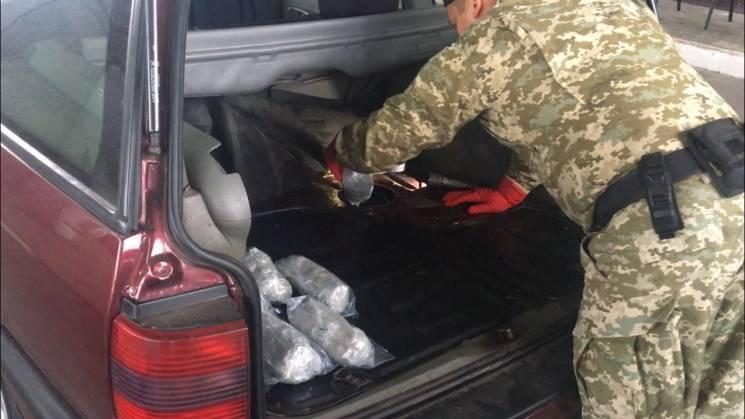 На кордоні з Росією в авто знайшли 21 кг наркотиків (ФОТО)
