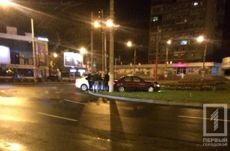 У Кривому Розі автівки після зіткнення вилетіли на клумбу (ФОТО)
