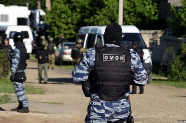 """Російські силовики знову """"трясуть"""" кримських татар"""