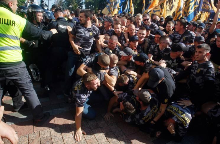 Видео дня: Выступление Порошенко, драка под Радой и новый состав ЦИК
