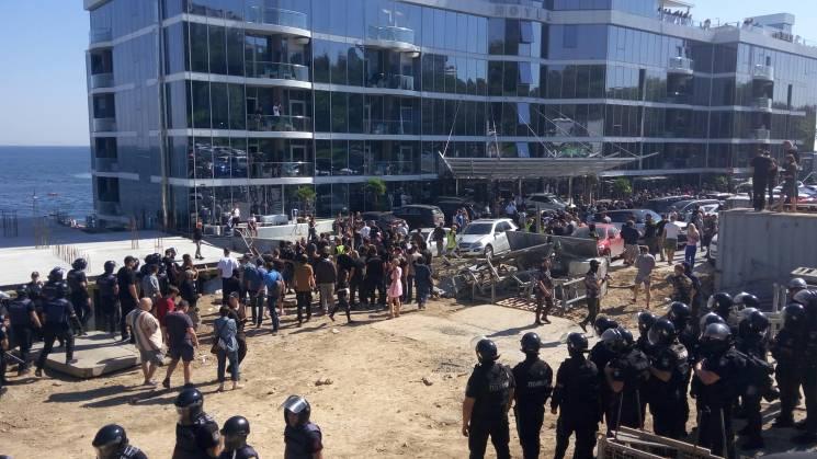 В Одесі активісти знесли паркан на будівництві, до якого причетний депутат міськради (ВІДЕО)