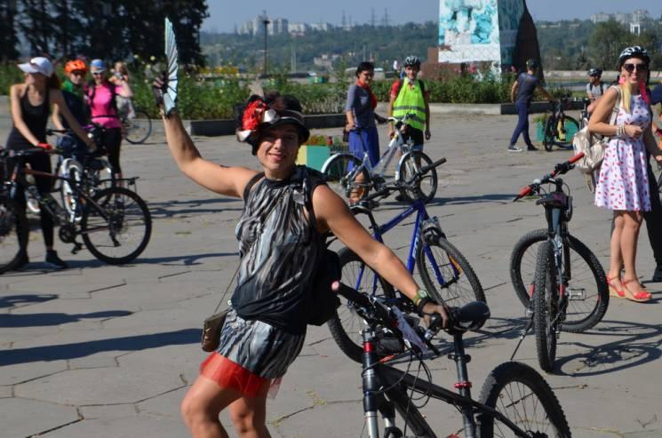 """Запорізькі дівчата """"вдарили"""" ровер-парадом по відсутності в місті велоінфраструктури (ФОТОРЕПОРТАЖ)"""