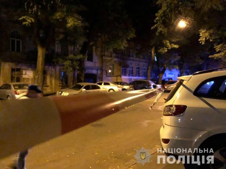 Одеські правоохоронці у прилеглих до місця злочину дворах опитують людей