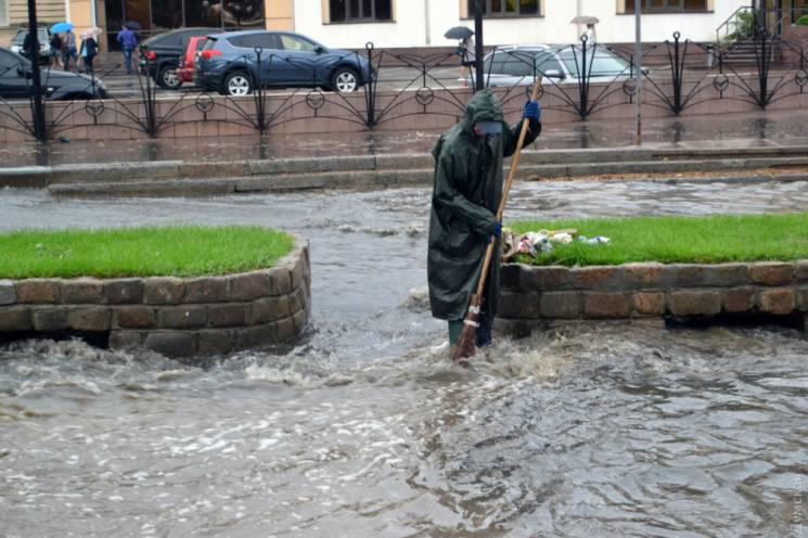 Одесу накрила сильна злива: Аркадію затопило, Митна площа в заторах (ФОТО, ВІДЕО)