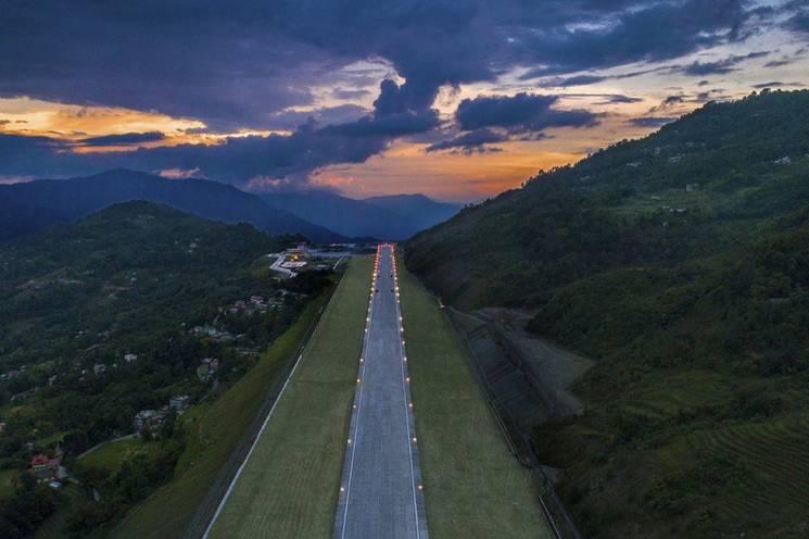 """В Індії """"вирізали"""" диво-аеропорт у горах (ФОТО)"""