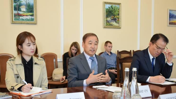 Маємо 300 доларів на місяць: Кузьменко розповів Послу Кореї про зарплатню на Кропивниччині