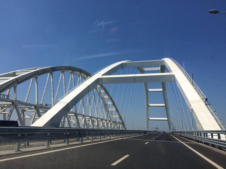 Окупанти обіцяють пустити фури Керченським мостом з 1 жовтня