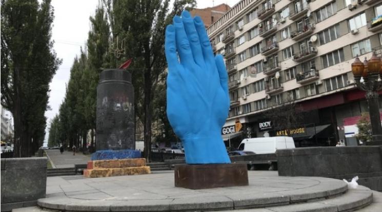 """""""Рука Кремля з-під землі"""": Як у мережі тролять блакитну кінцівку в Києві"""