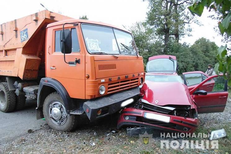 """На Тернопольщине грузовик смял """"Рено"""". Т…"""
