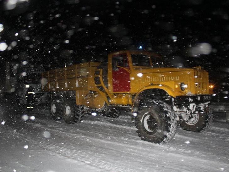 Прикарпатські надзвичайники допомогли водієві витягнути зі снігового замету вантажний автомобіль