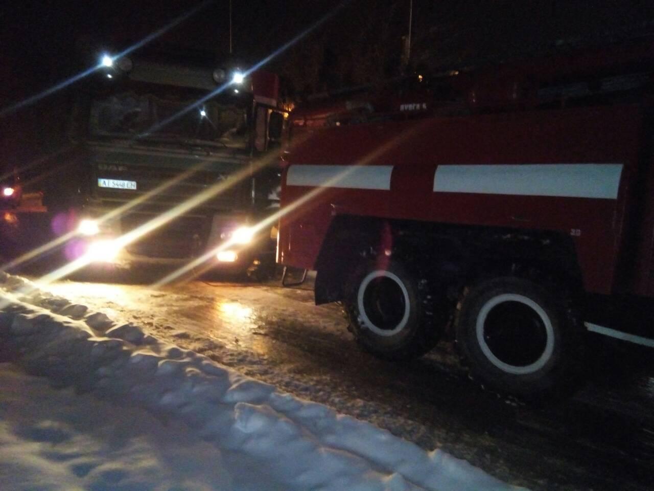 Цієї ночі прикарпатські рятувальники витягували із вибоїни фуру, яка застрягла на дорозі і перекрила рух автотранспорту